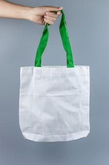 Mann, der öko-einkaufstasche mit kopierraum für text hält. umweltschutz, null abfall, wiederverwendbar, sag nein plastik, weltumwelttag und tag der erde konzept