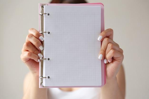 Mann, der offenes notizbuch oder tagebuch mit händen hält, nah oben