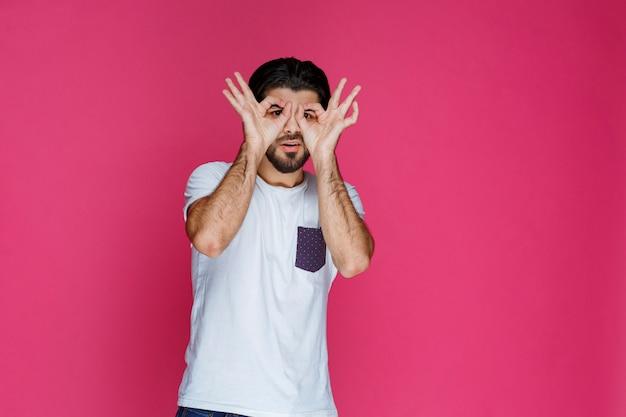 Mann, der ok handkreiszeichen macht.