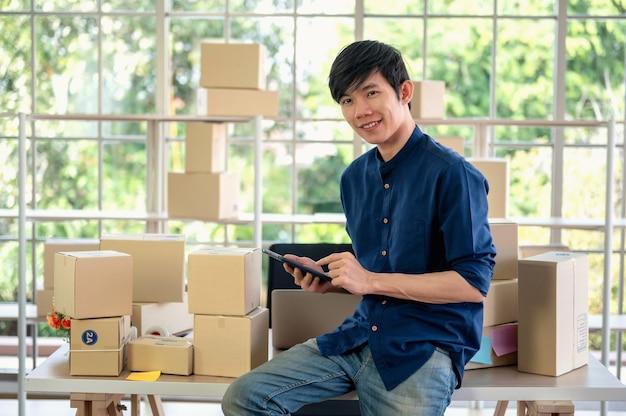 Mann, der online unter verwendung des mobilen kontaktkunden arbeitet