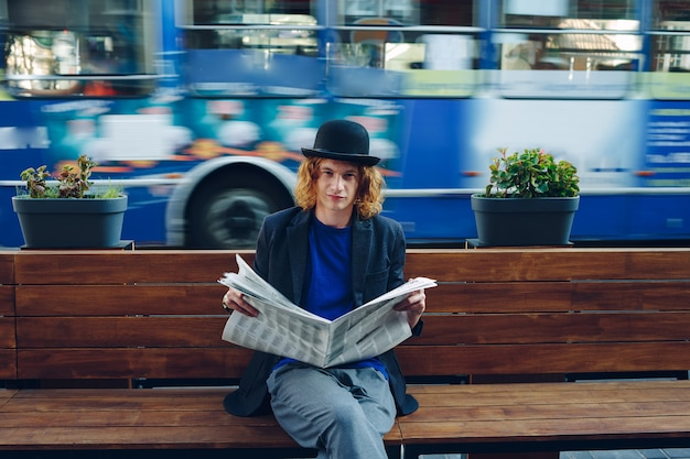 Mann, der papier liest