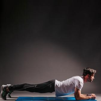 Mann, der plankenübung tut
