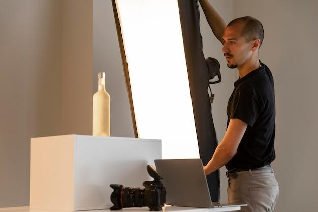 Mann, der produktfotografie tut
