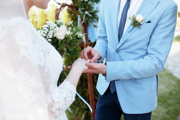 Mann, der ring auf dame setzt. hände eines älteren paares. fülle dein herz mit liebe. hab keine angst.