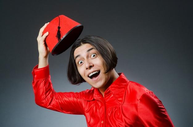 Mann, der roten fez-hut trägt