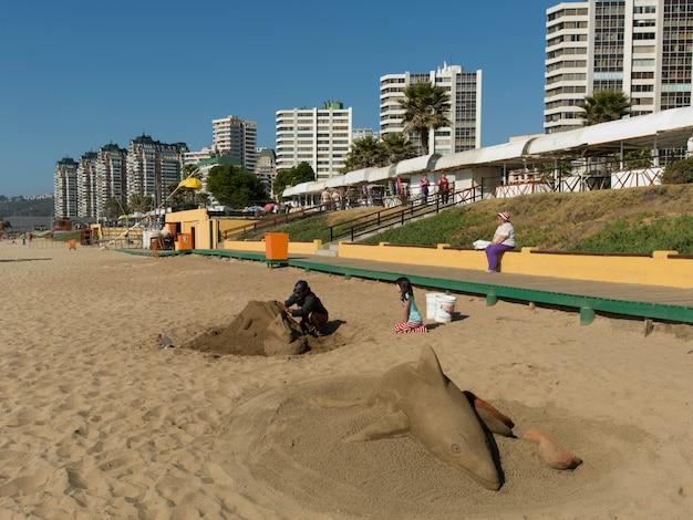 Mann, der sandskulptur auf dem strand, vina del mar, chile macht