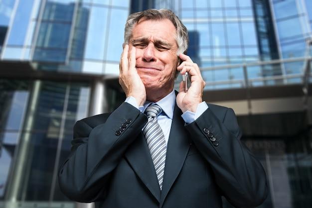 Mann, der schlechte nachrichten am telefon hört