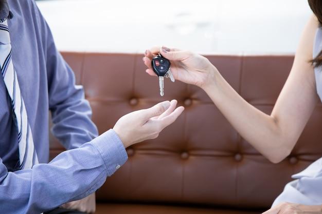 Mann, der schlüssel eines neuen autos erhält.