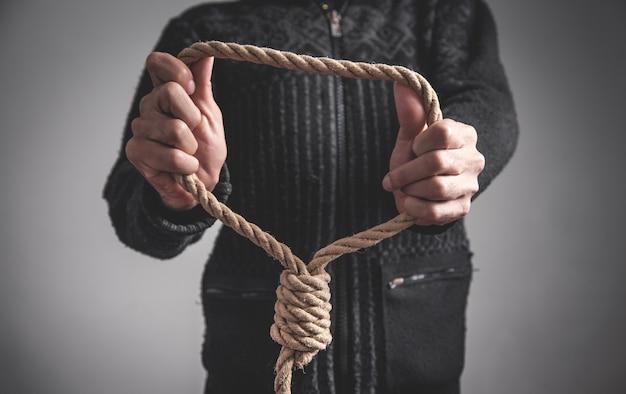 Mann, der seilschlaufe hält. selbstmordkonzept