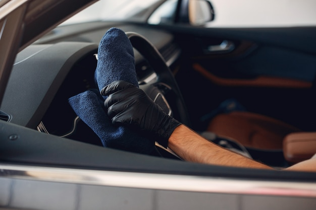 Mann, der sein auto in einer garage wäscht