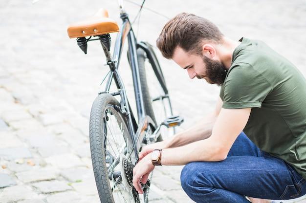 Mann, der sein fahrrad repariert