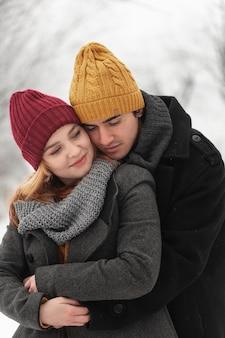 Mann, der sein freundinnenporträt umarmt