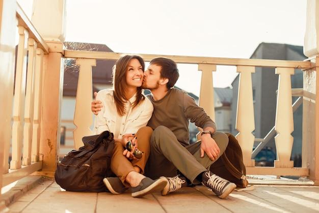 Mann, der seine freundin auf die wange auf der veranda zu küssen