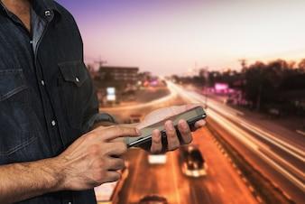 Mann, der seine Handy-Nachtlichtstraße verwendet