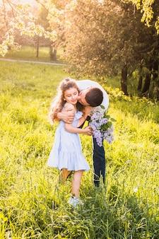 Mann, der seine tochter im park küsst