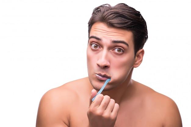 Mann, der seine zähne getrennt auf weiß putzt