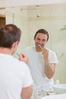 Mann, der seine zähne putzt