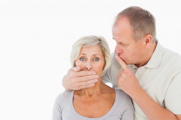 Mann, der seinen ängstlichen partner zum schweigen bringt