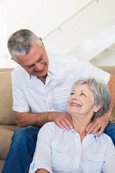 Mann, der seiner älteren frau eine schulterreibung gibt
