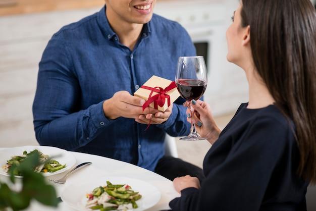 Mann, der seiner frau ein geschenk gibt
