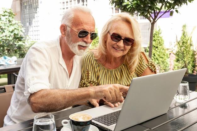 Mann, der seiner frau zum laptop darstellt