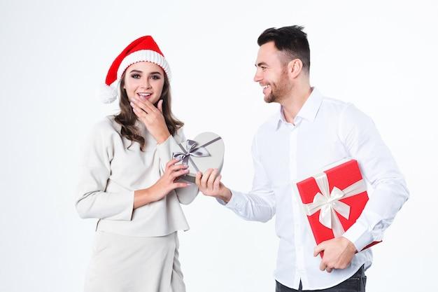 Mann, der seiner freundin ein geschenk gibt