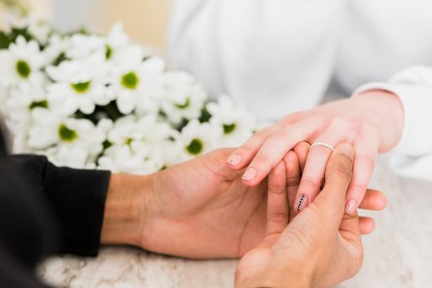 Mann, der seiner freundin einen heiratsantrag macht