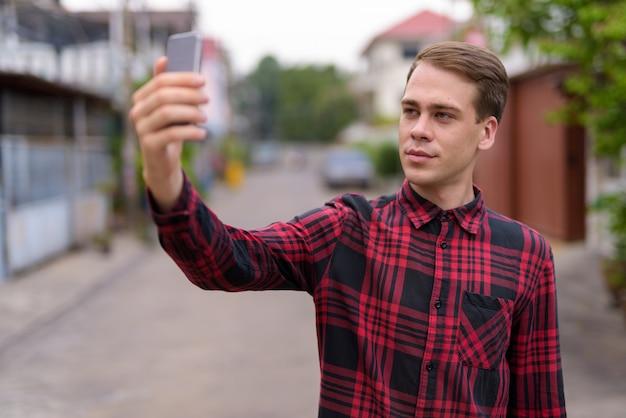 Mann, der selfie draußen nimmt