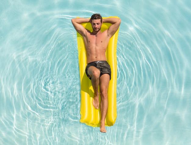 Mann, der sich in einem schwimmbad entspannt