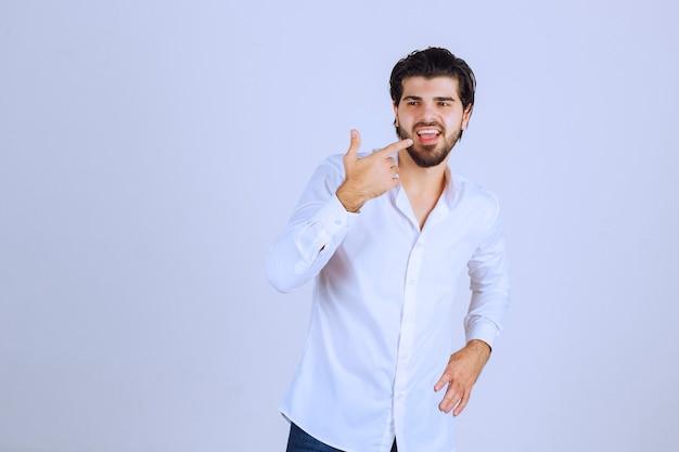 Mann, der sich positiv fühlt und lächelnde posen gibt.