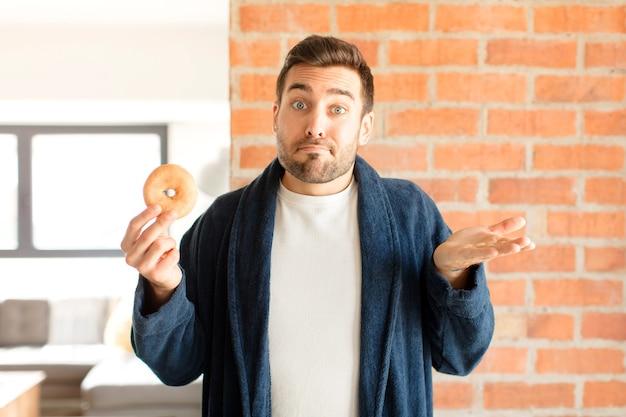 Mann, der sich verwirrt und verwirrt fühlt, zweifelt, gewichtet oder verschiedene optionen mit lustigem ausdruck wählt
