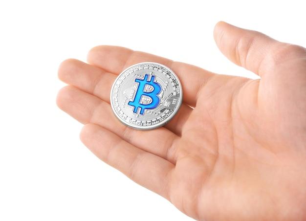 Mann, der silbernes bitcoin auf weiß hält