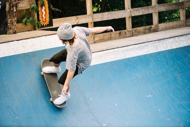 Mann, der skateboard auf rampe reitet