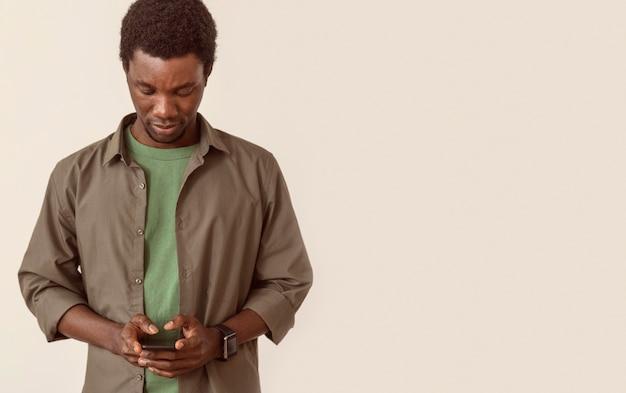 Mann, der smartphone-kopierraum benutzt
