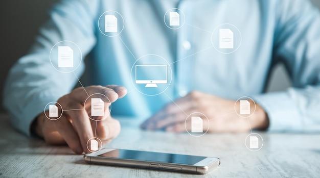 Mann, der smartphone mit dokumentverwaltungssystemkonzept hält