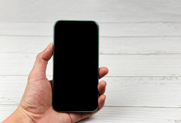 Mann, der smartphone-schwarzbild-handy - smartphonehand verwendet