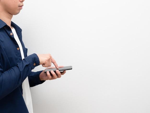 Mann, der smartphone und touchscreen zum einkaufen mit seitenansicht des kopienraums hält