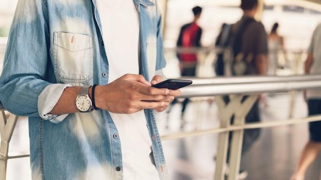 Mann, der smartphone, während der freizeit verwendet.