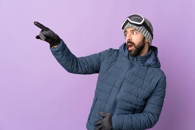 Mann, der snowboard über lokalisiertem hintergrund tut