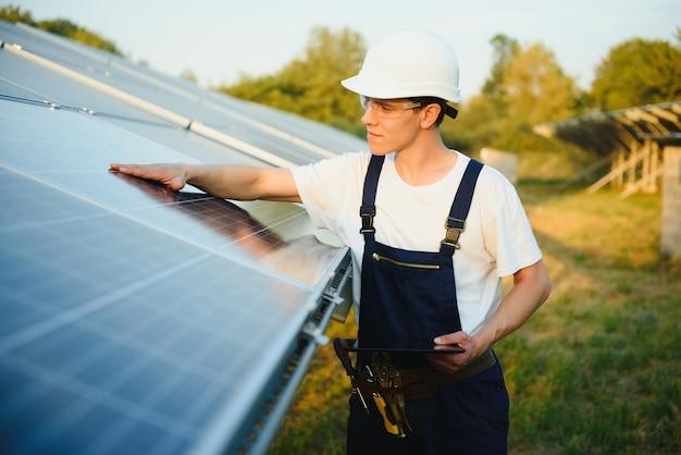 Mann, der solarphotovoltaik-panelsystem installiert