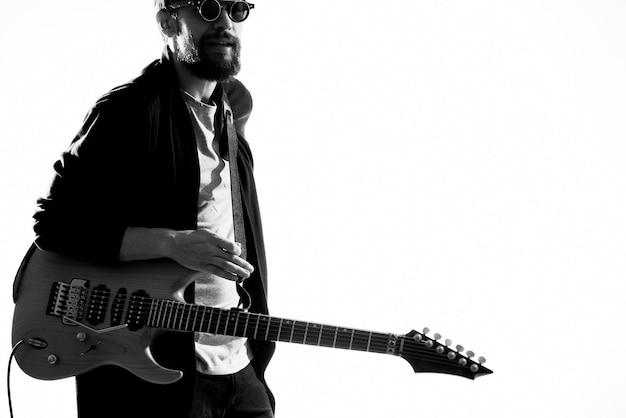 Mann, der sonnenbrille vom gitarrenmusikleistungslebensstil trägt