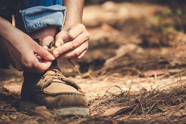 Mann, der spitze für trekking bindet