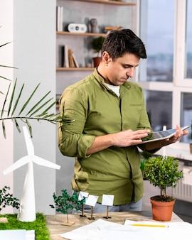 Mann, der tablette für ein umweltfreundliches windkraftprojektlayout verwendet
