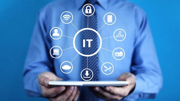 Mann, der tablette hält. it-informationstechnologie-konzept
