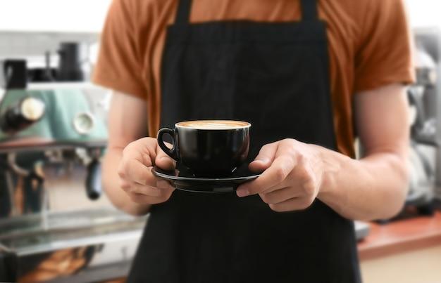 Mann, der tasse kaffee hält