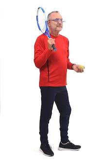 Mann, der tennis auf weiß spielt