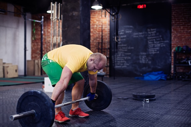Mann, der training in einer turnhalle tut