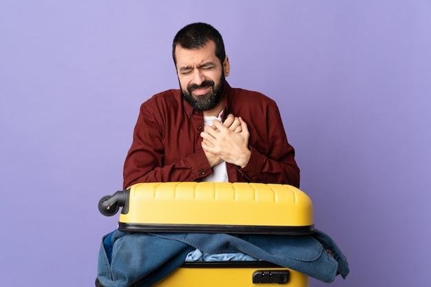 Mann, der über isolierten hintergrund reisen wird