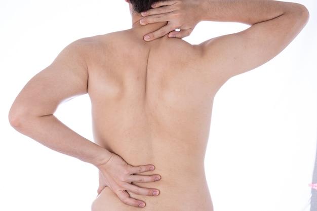 Mann, der unter nacken- und rückenschmerzen leidet