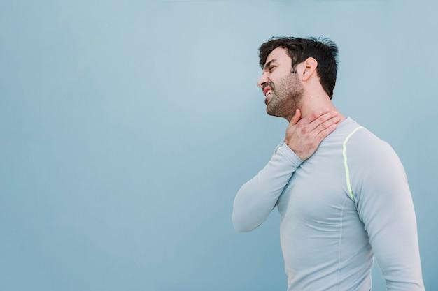 Mann, der verletzten hals berührt